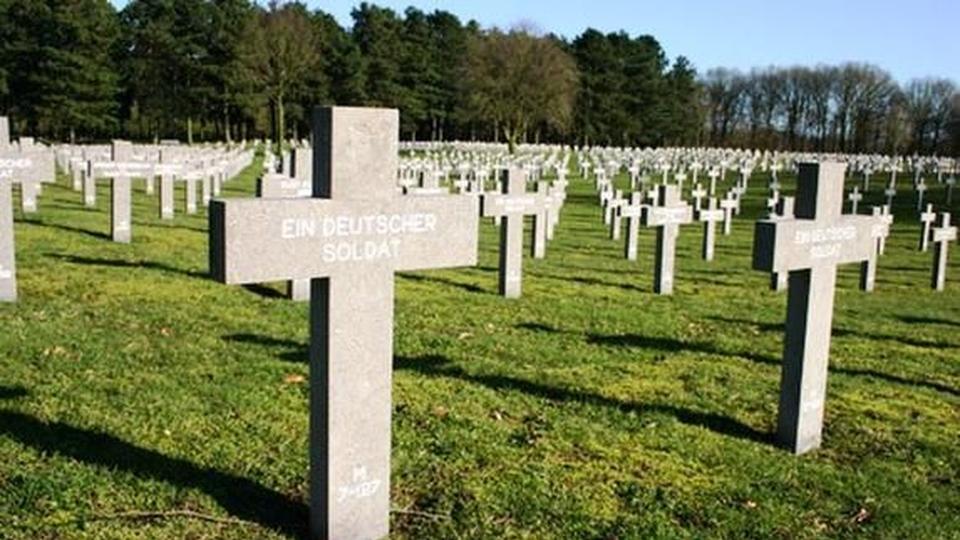 DRINGEND – OPROEP AAN POLITICI. MILITAIREN E.A. 'Neem niet deel aan de stuitende verering van nazi's, oorlogsmisdadigers en SS'ers in Ysselsteyn (Venray) op 18 november'