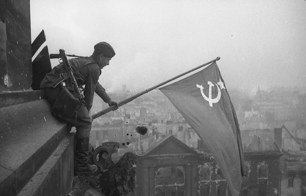 Op 2 mei 1945, de dag dat Berlijn capituleert, hijsen Russische soldaten de rode vlag op het gehavende Rijksdaggebouw