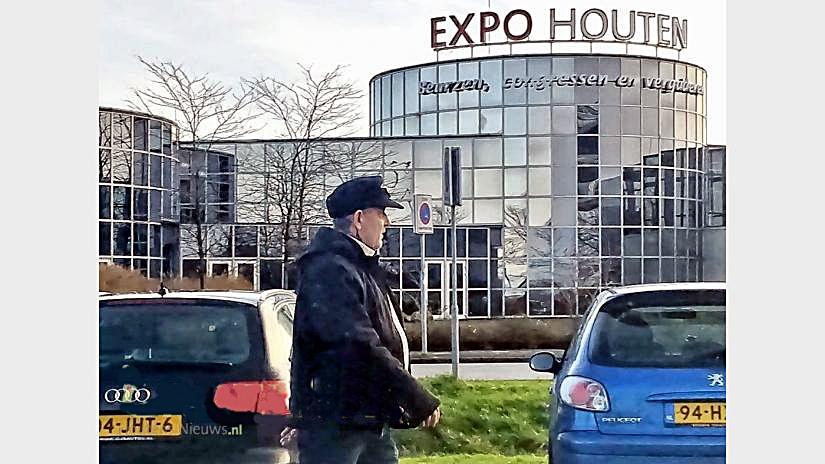 Veroordeelde neonazi R.J. Koelewaard van de NVU verlaat de Expo Houten waar op dat moment de Militariabeurshouten plaatsvindt